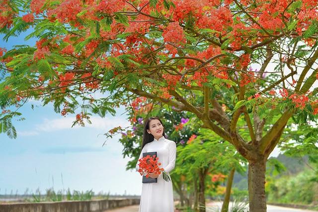 Cô gái xinh đẹp thả hồn trên con đường hoa phượng đỏ Hải Phòng - 13