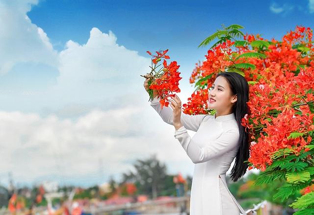 Cô gái xinh đẹp thả hồn trên con đường hoa phượng đỏ Hải Phòng - 19