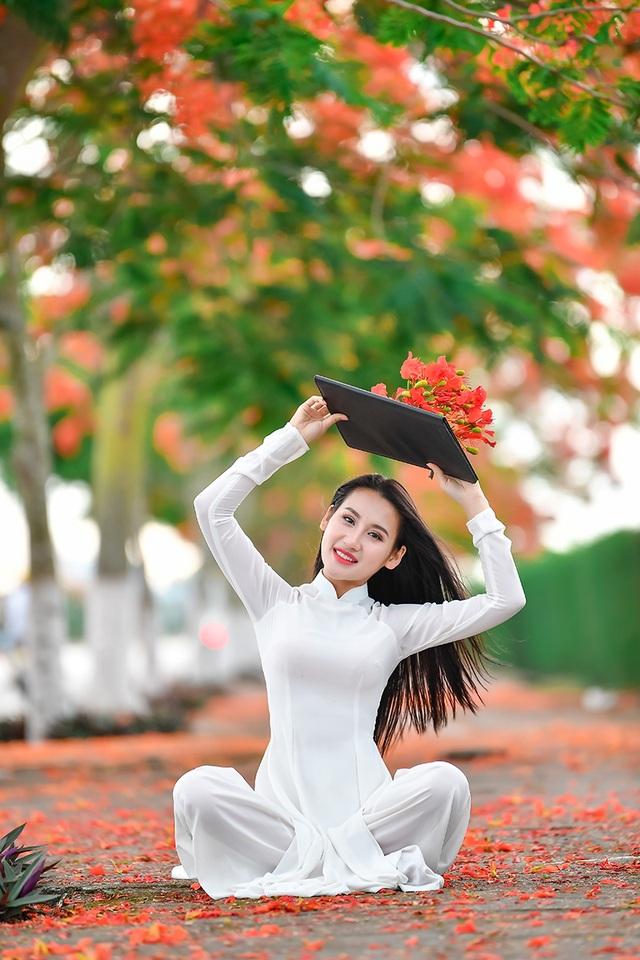 Cô gái xinh đẹp thả hồn trên con đường hoa phượng đỏ Hải Phòng - 9
