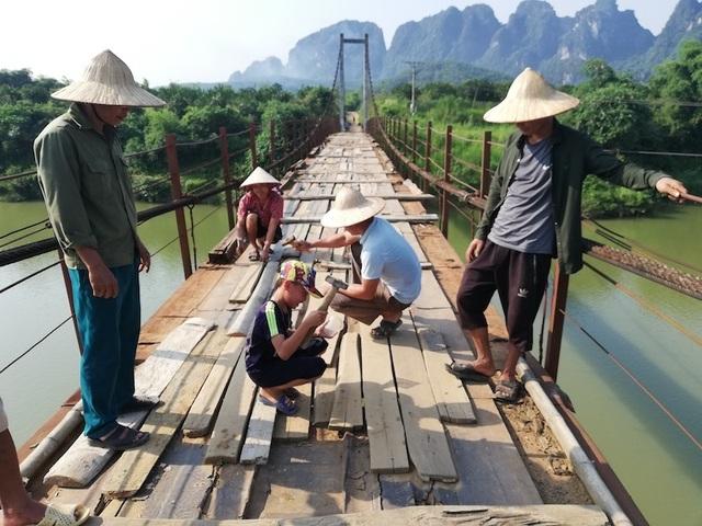 Thêm cây cầu xuống cấp khiến nhiều người rơi xuống sông sâu tại Hoà Bình - 2