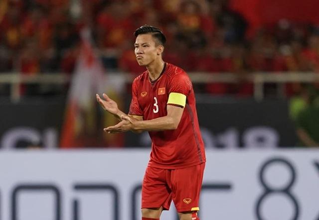 Quế Ngọc Hải đeo băng đội trưởng đội tuyển Việt Nam ở King's Cup - 1