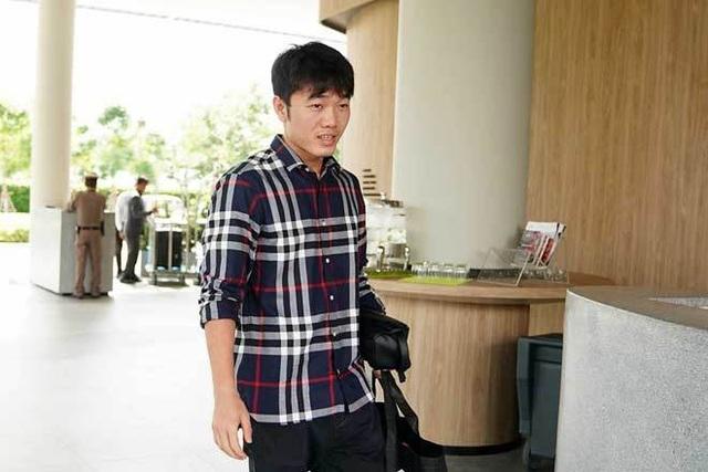 Xuân Trường ăn mặc đơn giản đón đội tuyển Việt Nam ở Buriram