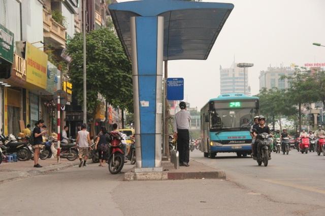 """Những trạm dừng xe buýt """"bất khuất"""" trên đường phố Hà Nội - 1"""