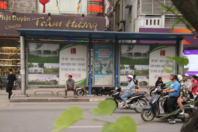 """Những trạm dừng xe buýt """"bất khuất"""" trên đường phố Hà Nội - 2"""