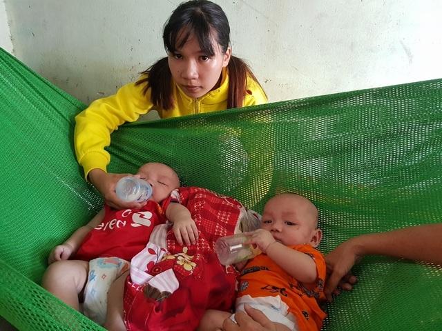 Xót xa 2 bé trai sinh đôi hơn 5 tháng tuổi bị đủ thứ bệnh hành hạ - 1
