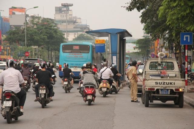 """Những trạm dừng xe buýt """"bất khuất"""" trên đường phố Hà Nội - 3"""