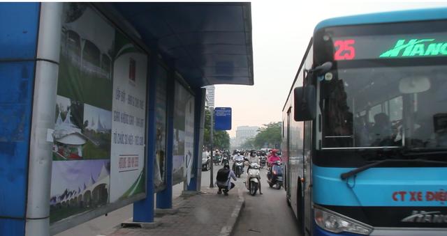 """Những trạm dừng xe buýt """"bất khuất"""" trên đường phố Hà Nội - 5"""