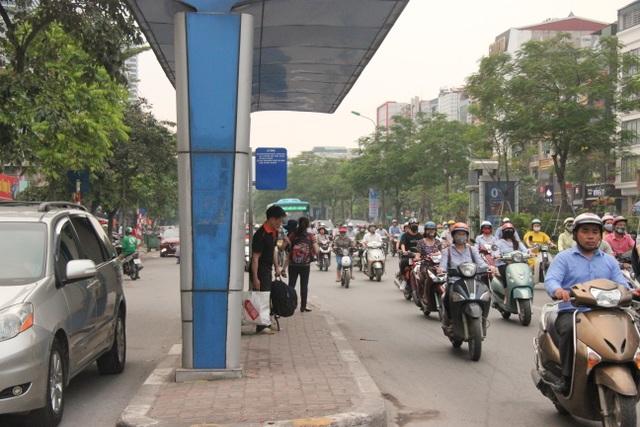 """Những trạm dừng xe buýt """"bất khuất"""" trên đường phố Hà Nội - 6"""