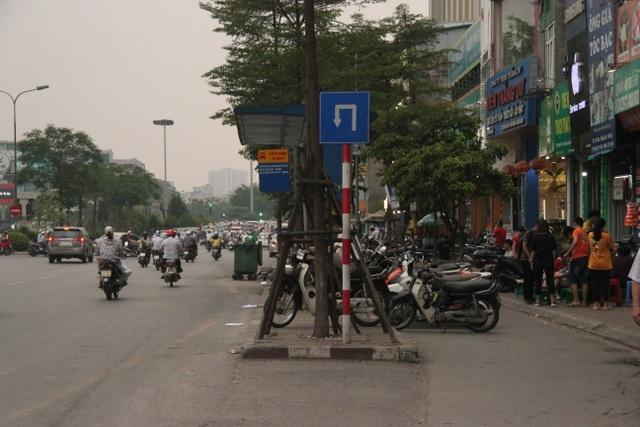 """Những trạm dừng xe buýt """"bất khuất"""" trên đường phố Hà Nội - 7"""