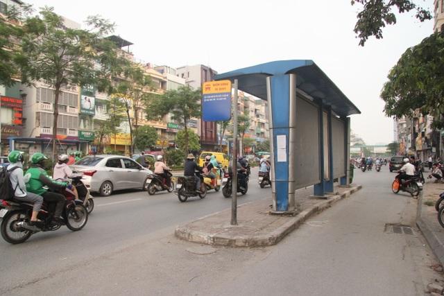 """Những trạm dừng xe buýt """"bất khuất"""" trên đường phố Hà Nội - 9"""