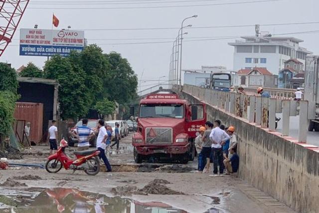 """Xe container sập """"hố tử thần"""" ở Hà Nội, làm vỡ đường ống nước sạch - 3"""