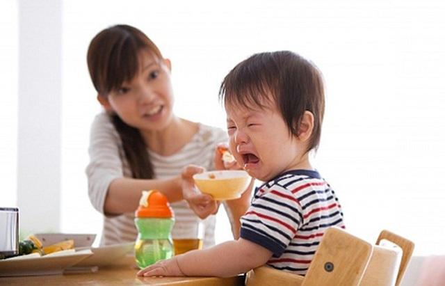 Trẻ biếng ăn, chậm tăng cân? Cảnh báo những sai lầm của cha mẹ - 1