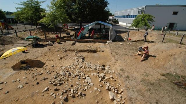Học sinh mẫu giáo vô tình khám phá ngôi mộ chôn cất bí ẩn ở Pháp - 1