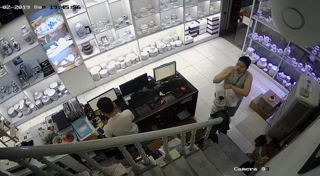 """Hà Nội: Người phụ nữ """"diễn kịch"""", trộm tiền ở cửa hàng gốm sứ - 1"""