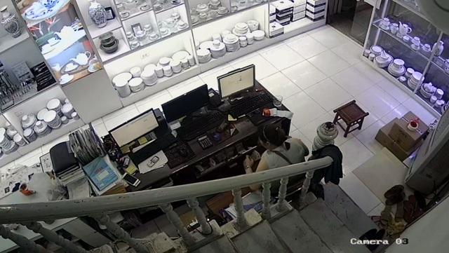 """Hà Nội: Người phụ nữ """"diễn kịch"""", trộm tiền ở cửa hàng gốm sứ - 2"""