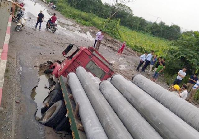 """Xe container sập """"hố tử thần"""" ở Hà Nội, làm vỡ đường ống nước sạch - 2"""