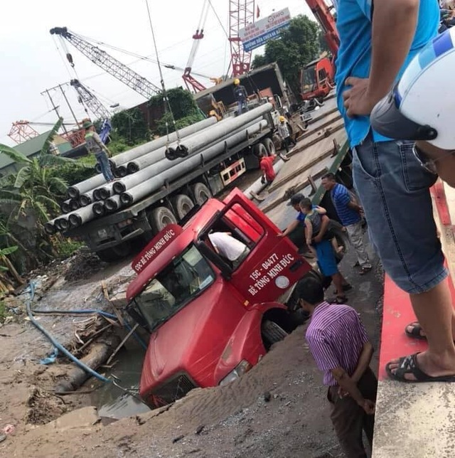 """Xe container sập """"hố tử thần"""" ở Hà Nội, làm vỡ đường ống nước sạch - 1"""