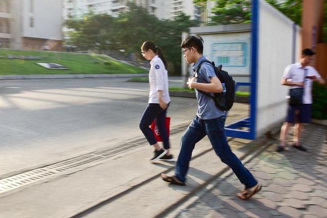 """Thí sinh Hà Nội đi thi lớp 10 bằng """"xế hộp"""" đắt tiền - 15"""