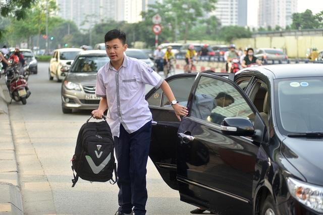 """Thí sinh Hà Nội đi thi lớp 10 bằng """"xế hộp"""" đắt tiền - 11"""