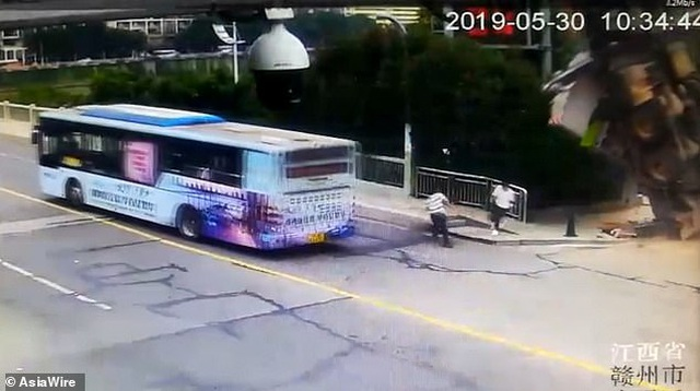 Xe tải chở cần cẩu bất ngờ lật nghiêng, lái xe mở cửa tung mình chạy thoát thân - 1