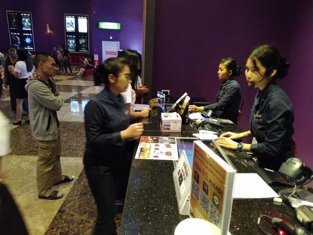 Người dân Thái Lan trật tự xếp hàng mua vé xem King's Cup - 4