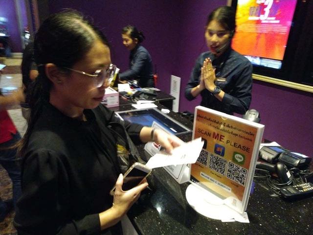 Người dân Thái Lan trật tự xếp hàng mua vé xem King's Cup - 5