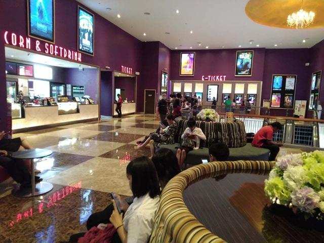 Người dân Thái Lan trật tự xếp hàng mua vé xem King's Cup - 1