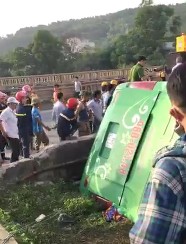 Xe khách lao xuống sông, ít nhất 1 người tử vong - 2