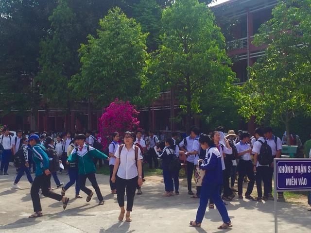 """Tuyển sinh lớp 10 Quảng Trị: Đề thi tiếng Anh """"dễ thở"""", thí sinh phấn khởi - 1"""