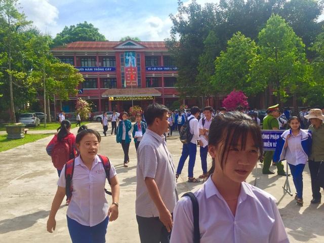 """Tuyển sinh lớp 10 Quảng Trị: Đề thi tiếng Anh """"dễ thở"""", thí sinh phấn khởi - 2"""