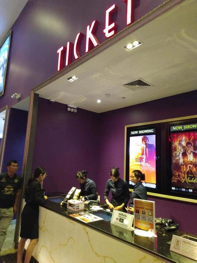 Người dân Thái Lan trật tự xếp hàng mua vé xem King's Cup - 3