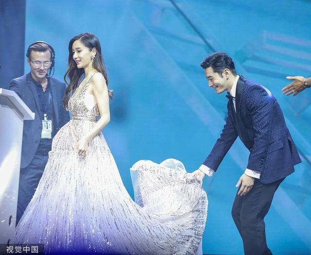 Huỳnh Hiểu Minh nâng váy cho Angelababy, đập tan tin đồn ly hôn - 1