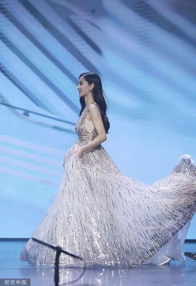 Huỳnh Hiểu Minh nâng váy cho Angelababy, đập tan tin đồn ly hôn - 5