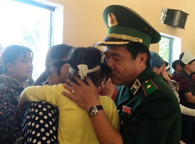 Vợ trẻ ngất lịm, con thơ say ngủ trong lễ truy điệu Thiếu tá biên phòng hy sinh - 9