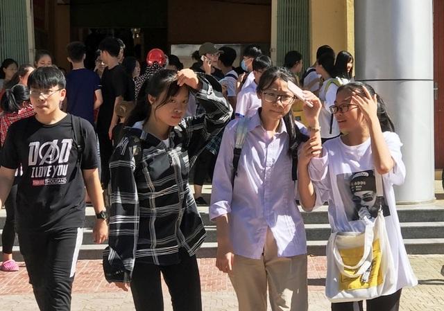 """Thanh Hóa: Gần 36 nghìn thí sinh """"đội nắng"""" làm thủ tục dự thi vào lớp 10 THPT - 1"""