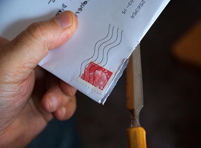 Lén mở thư của con trai 10 tuổi, người cha đối mặt án tù 2 năm - 1