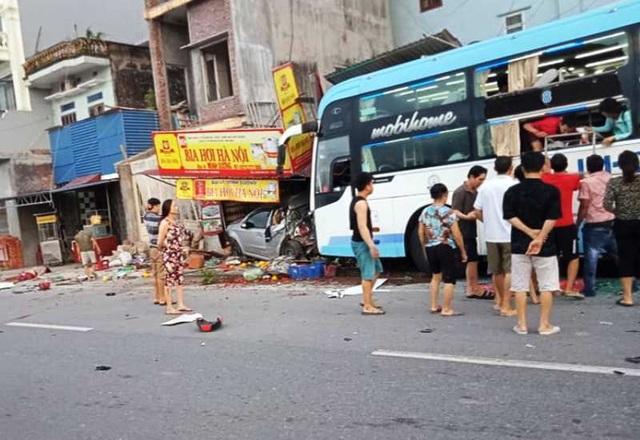 Xe khách lao vào nhà dân, 1 người chết, 3 người bị thương - 1