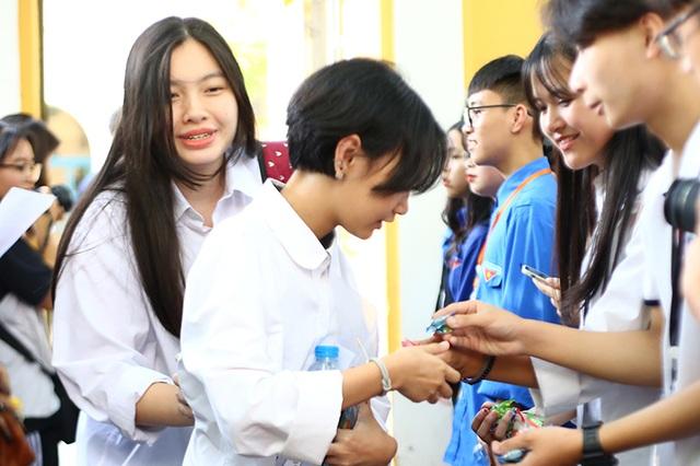 """Học sinh THPT Phan Đình Phùng gửi tặng các sĩ tử lời chúc """"ngọt như kẹo"""" - 4"""