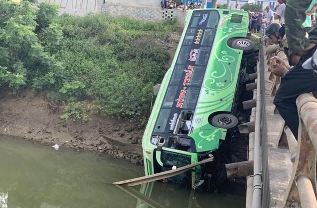 Vụ xe khách lao xuống sông: Do tài xế buồn ngủ - 1