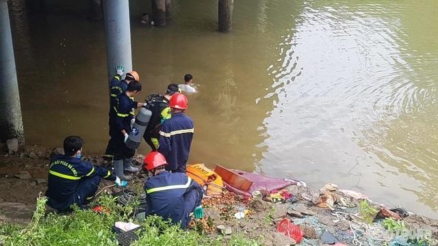 Vụ xe khách lao xuống sông: Thợ lặn đang tìm người dưới sông - 2