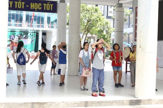 Thi đánh giá năng lực vào lớp 6 tại Hà Nội:Thí sinh mệt mỏi vì nắng nóng - 1