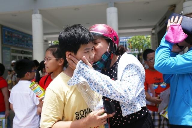 Thi đánh giá năng lực vào lớp 6 tại Hà Nội:Thí sinh mệt mỏi vì nắng nóng - 7