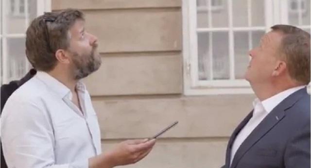 Thủ tướng Đan Mạch suýt bị ngói rơi trúng khi trả lời phỏng vấn - 1