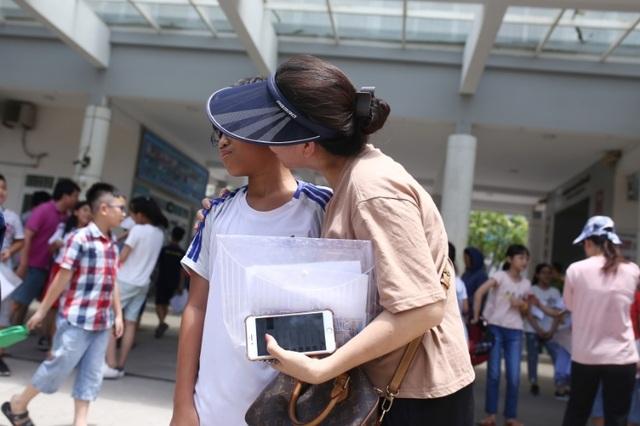 Thi đánh giá năng lực vào lớp 6 tại Hà Nội:Thí sinh mệt mỏi vì nắng nóng - 8