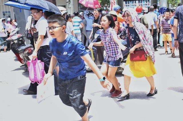 Thi đánh giá năng lực vào lớp 6 tại Hà Nội:Thí sinh mệt mỏi vì nắng nóng - 9