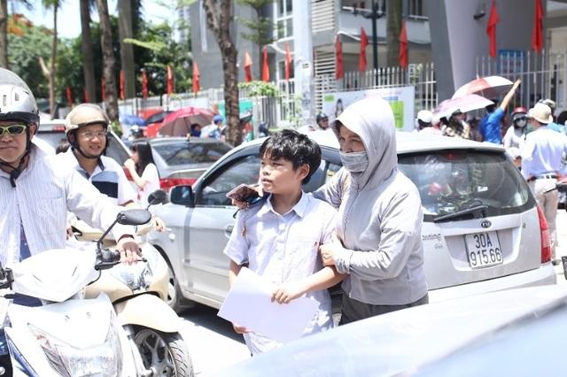 Thi đánh giá năng lực vào lớp 6 tại Hà Nội:Thí sinh mệt mỏi vì nắng nóng - 10