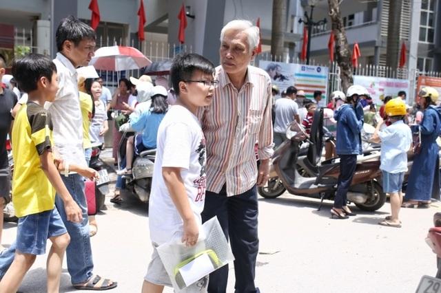 Thi đánh giá năng lực vào lớp 6 tại Hà Nội:Thí sinh mệt mỏi vì nắng nóng - 12