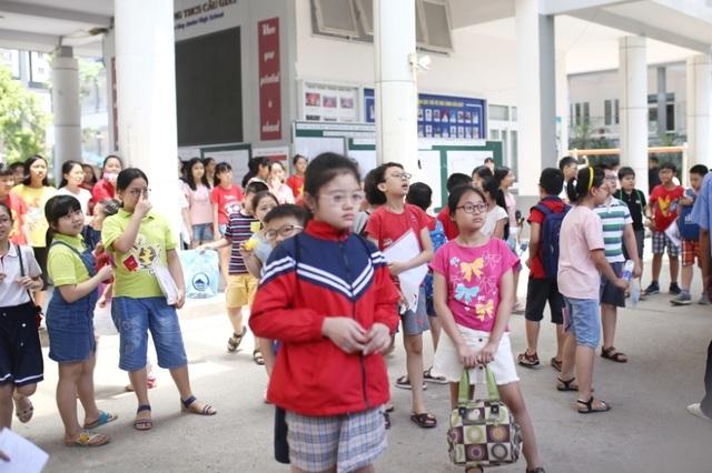 Thi đánh giá năng lực vào lớp 6 tại Hà Nội:Thí sinh mệt mỏi vì nắng nóng - 2