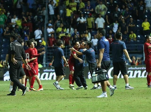 Anh Đức nằm sân vì kiệt sức sau khi ghi bàn vào lưới Thái Lan - 5