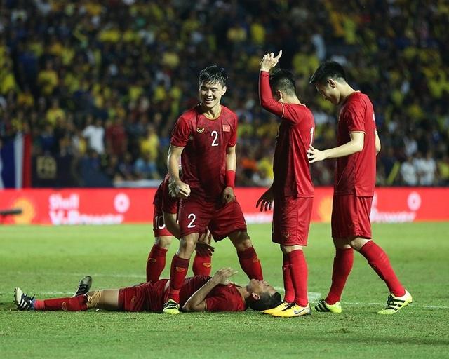 Anh Đức nằm sân vì kiệt sức sau khi ghi bàn vào lưới Thái Lan - 12